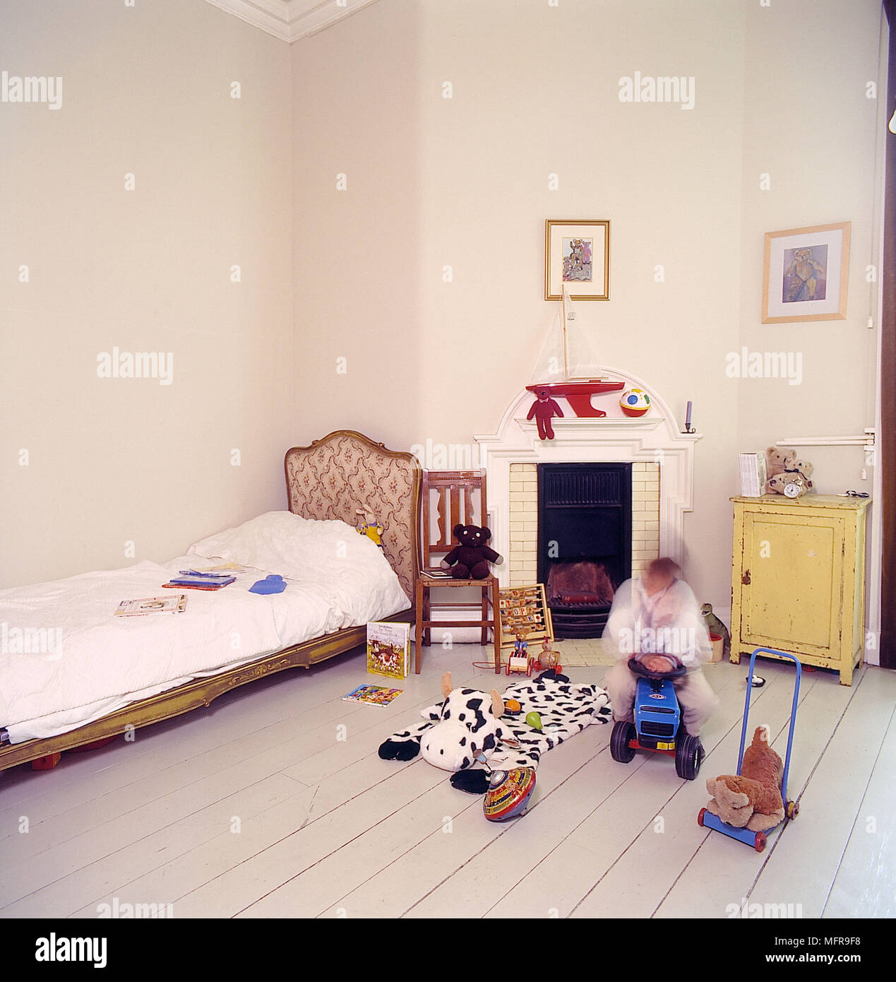 Schlafzimmer Weisse Wande Ausgezogen Dielen Franzosisches Bett Kamin
