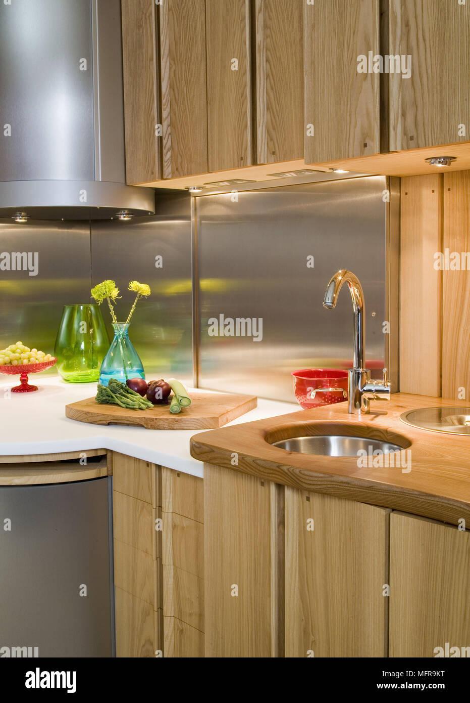 Ecke Der Modernen Kuche Mit Spule Und Holz Einheiten Gesetzt Stockfotografie Alamy