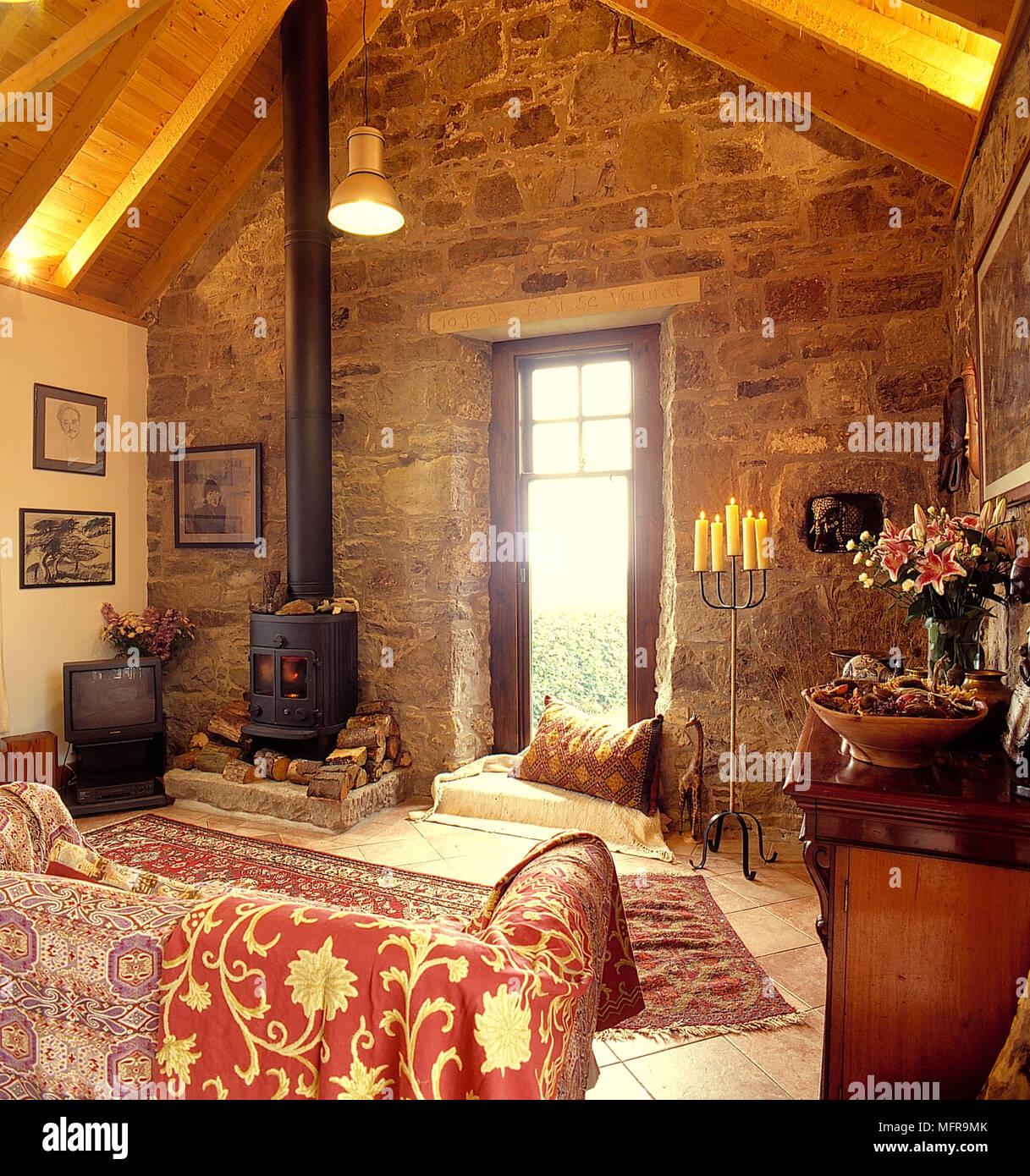 Land Wohnzimmer in Scheune neutral und Steinmauern abfallende Decke ...