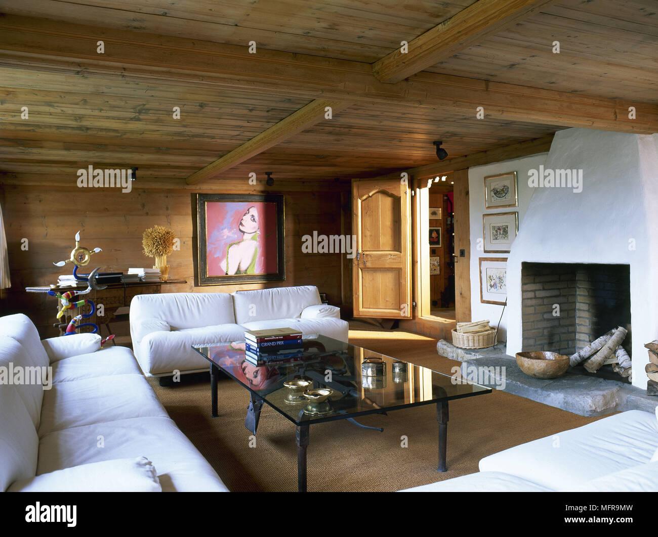 Landhausstil Wohnzimmer mit Holzdecke und gepolsterten weißen Sofas ...