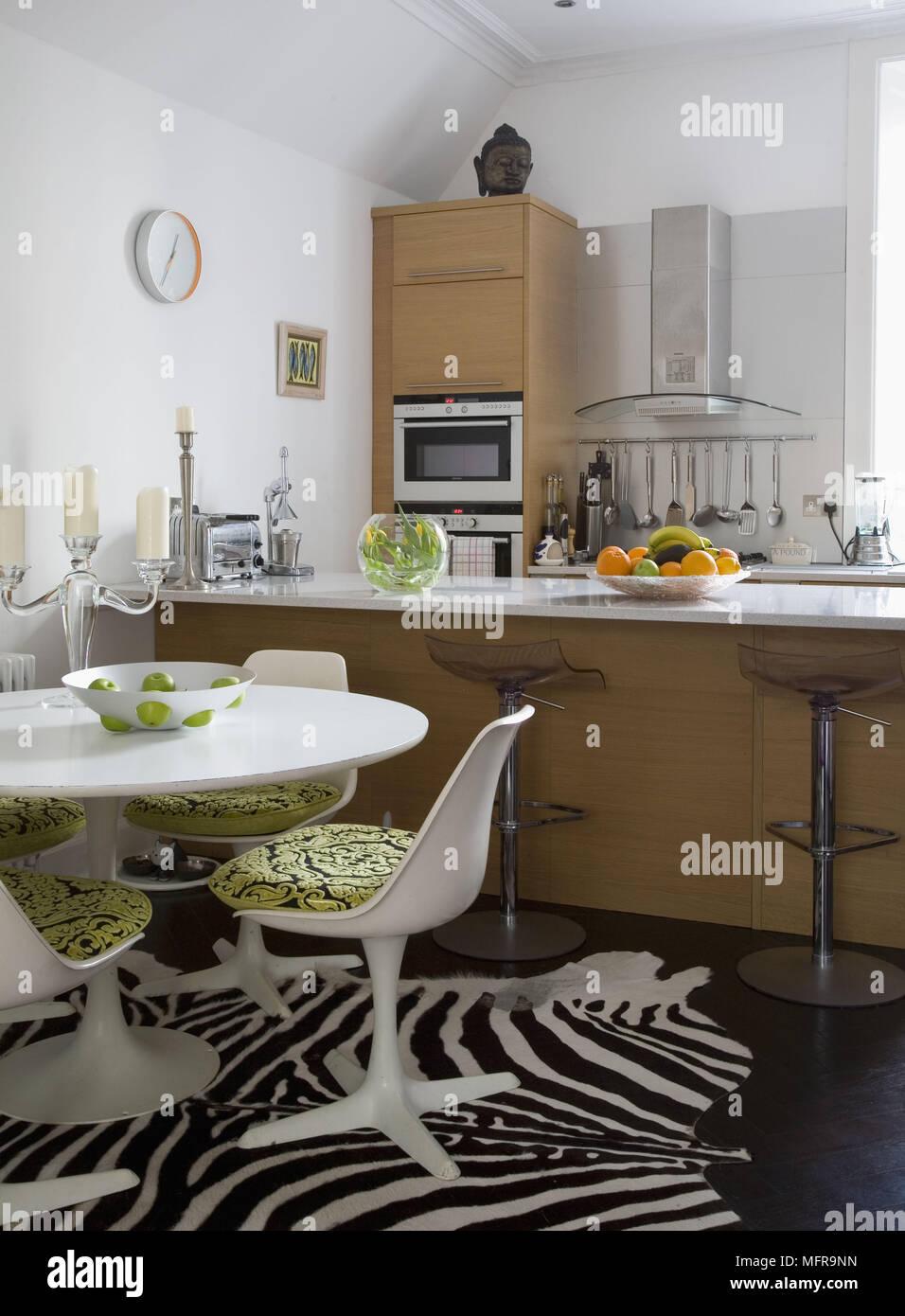 Eero Saarinen weißen Tisch und Stühlen in der ...