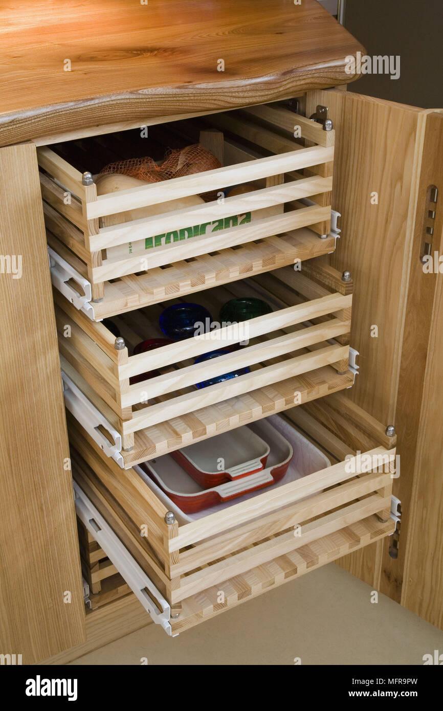 Essen und Geschirr in Holz- ausziehbaren Schubladen in Kiefernholz ...