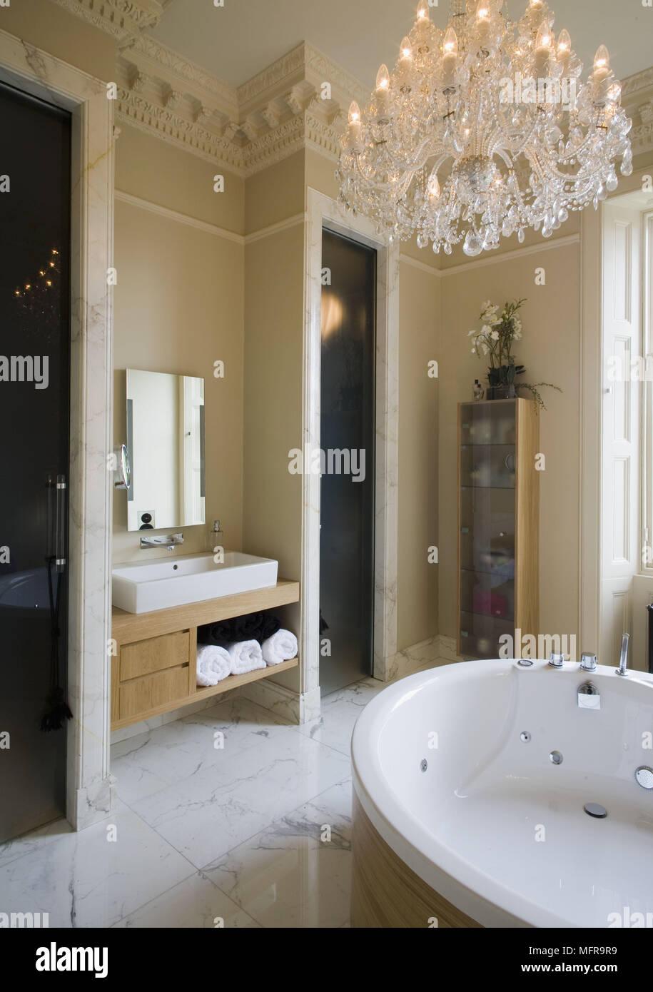 Kronleuchter über runde Badewanne im luxuriösen Badezimmer ...