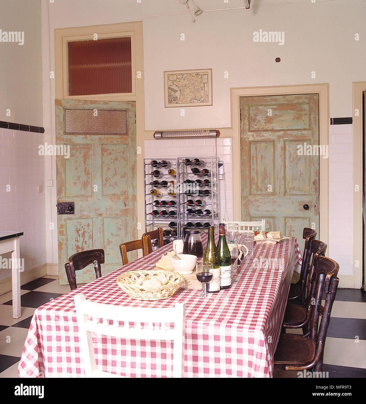 Küche weiße Wände Keramikfliesen lange Tisch Stühle Wine Rack ...