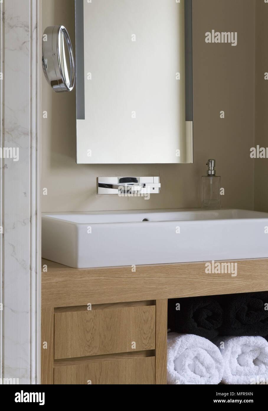 Perfekt Spiegel über Dem Waschbecken Auf Storage Unit In Die Aussparung Des Modernen  Badezimmer Set