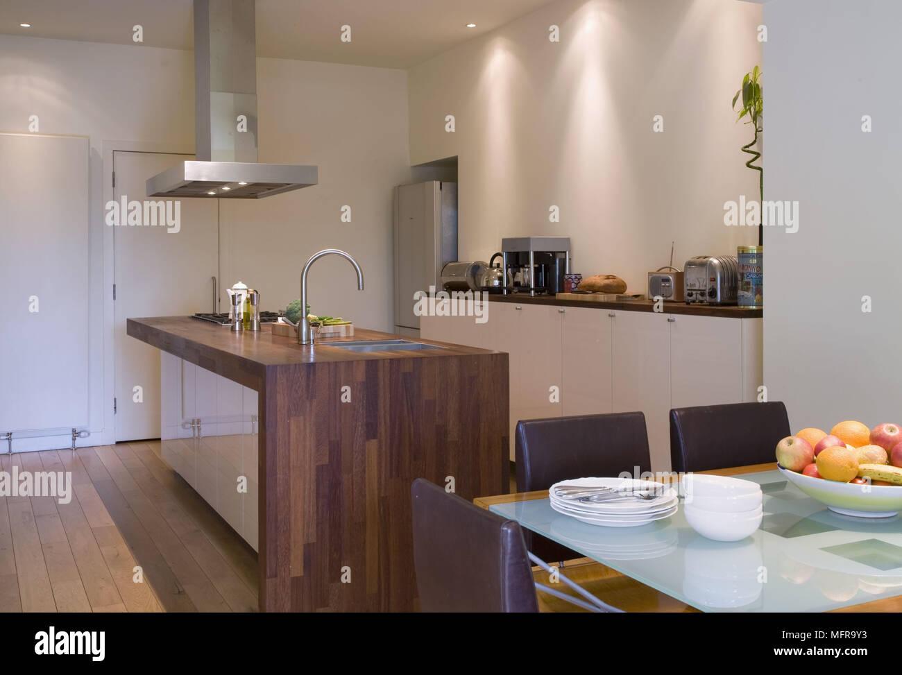 Moderne Küche mit Kochinsel und Esstisch mit Stühlen ...