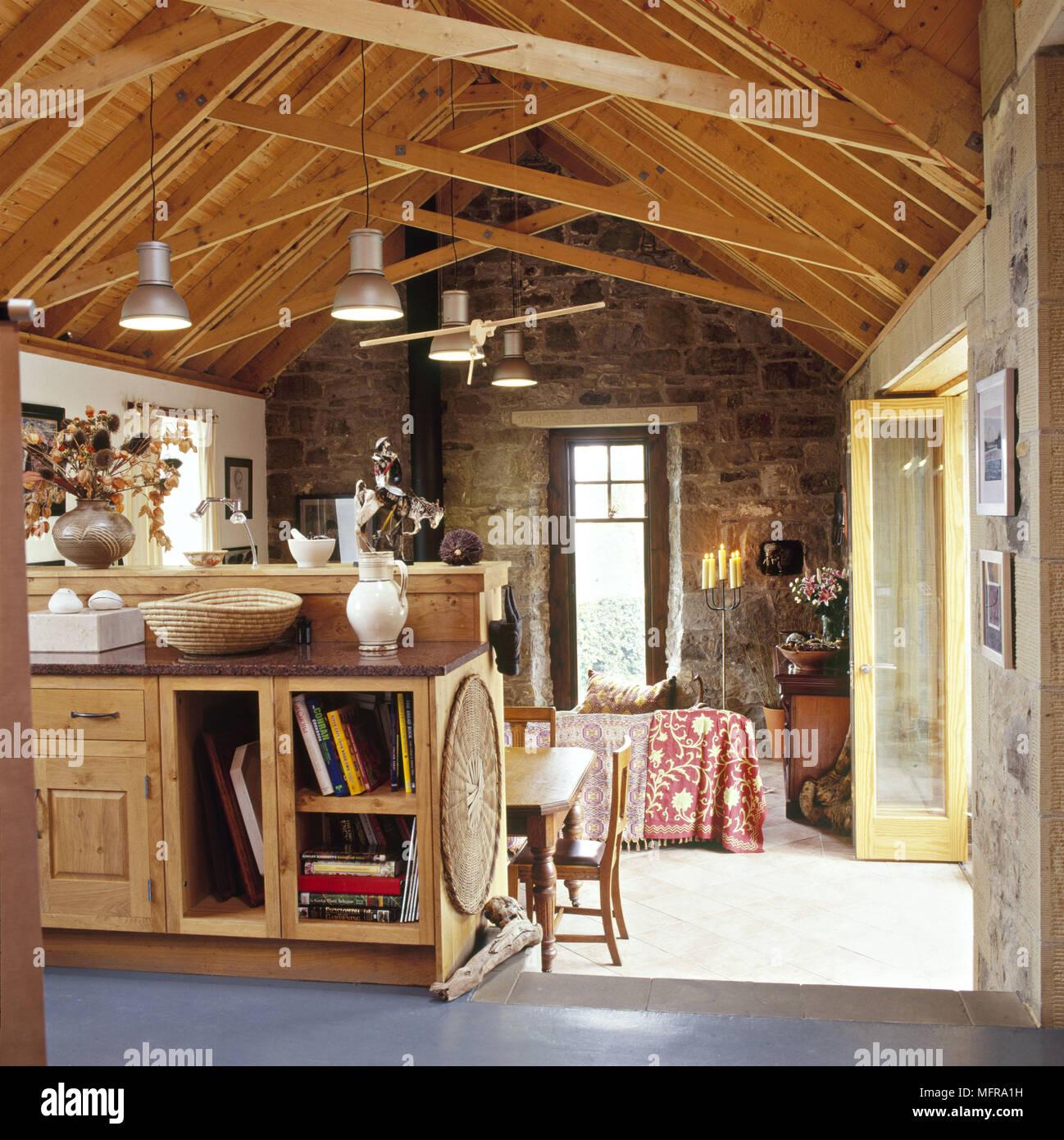 Plan Land Küche in Scheune neutral und Steinmauern abfallende Decke ...
