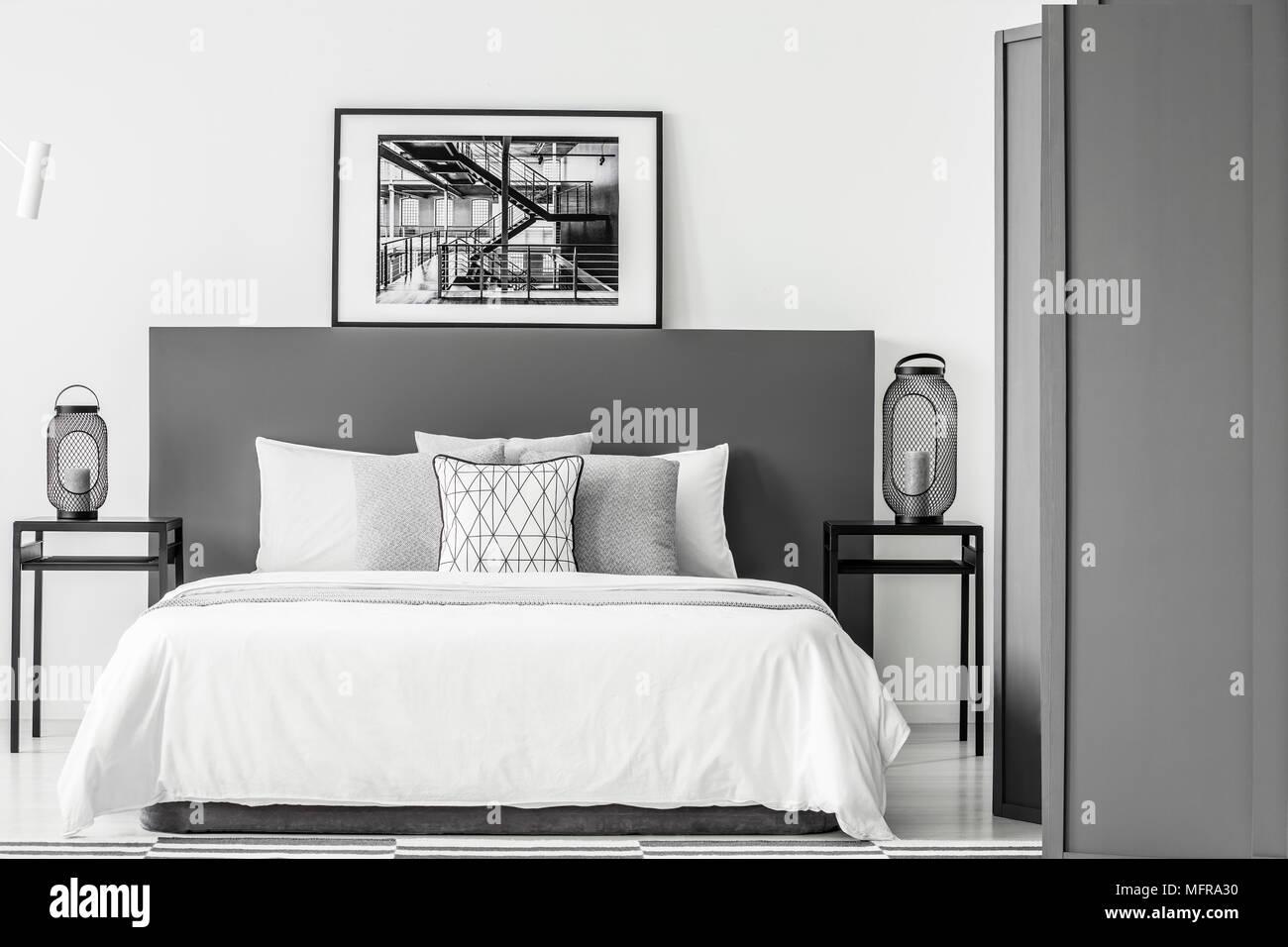 Schwarz-weiss Poster auf BEDHEAD von Bett im Schlafzimmer ...