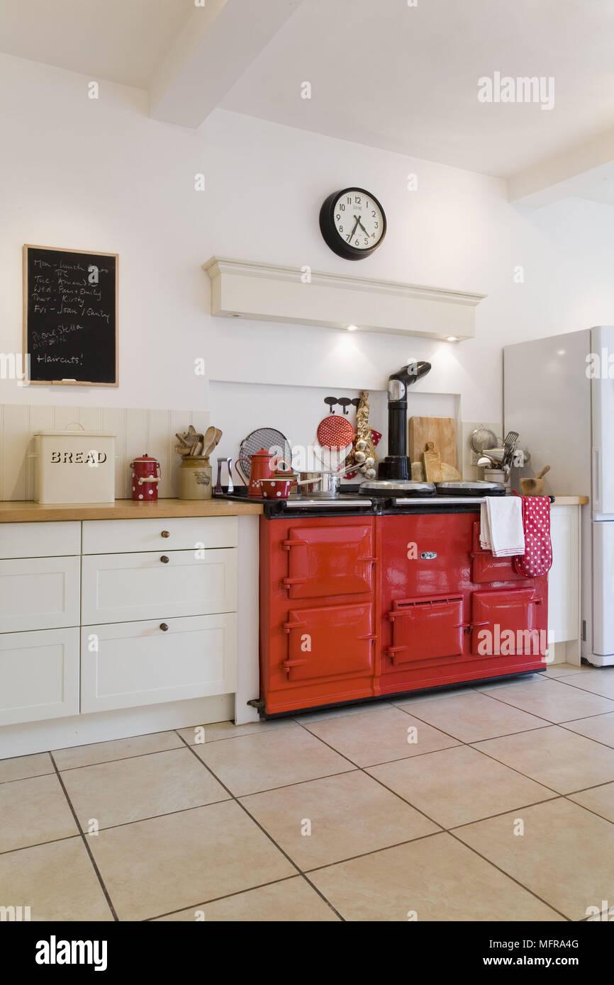 Roter Bereich Ofen in der Küche im Landhausstil mit Fliesenboden ...