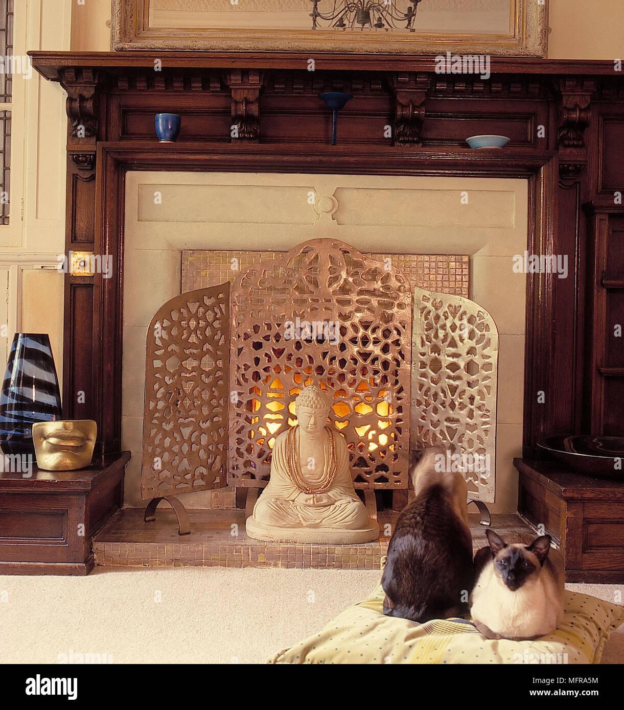 Wohnzimmer detail traditionellen Kamin aus dunklem Holz ...