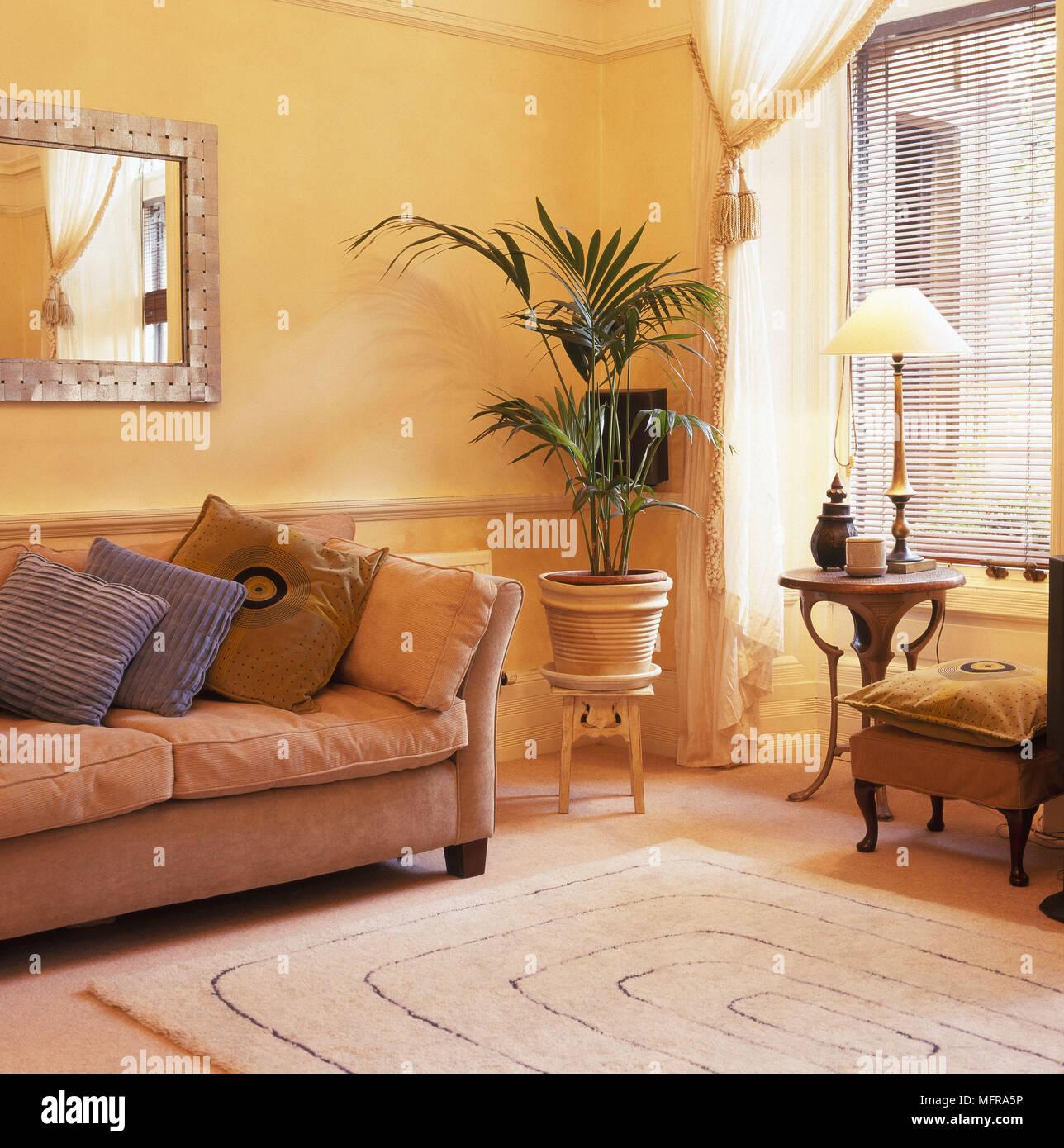 Wohnzimmer Haus Blumentopf auf warmen goldgelben Wänden bequemes ...