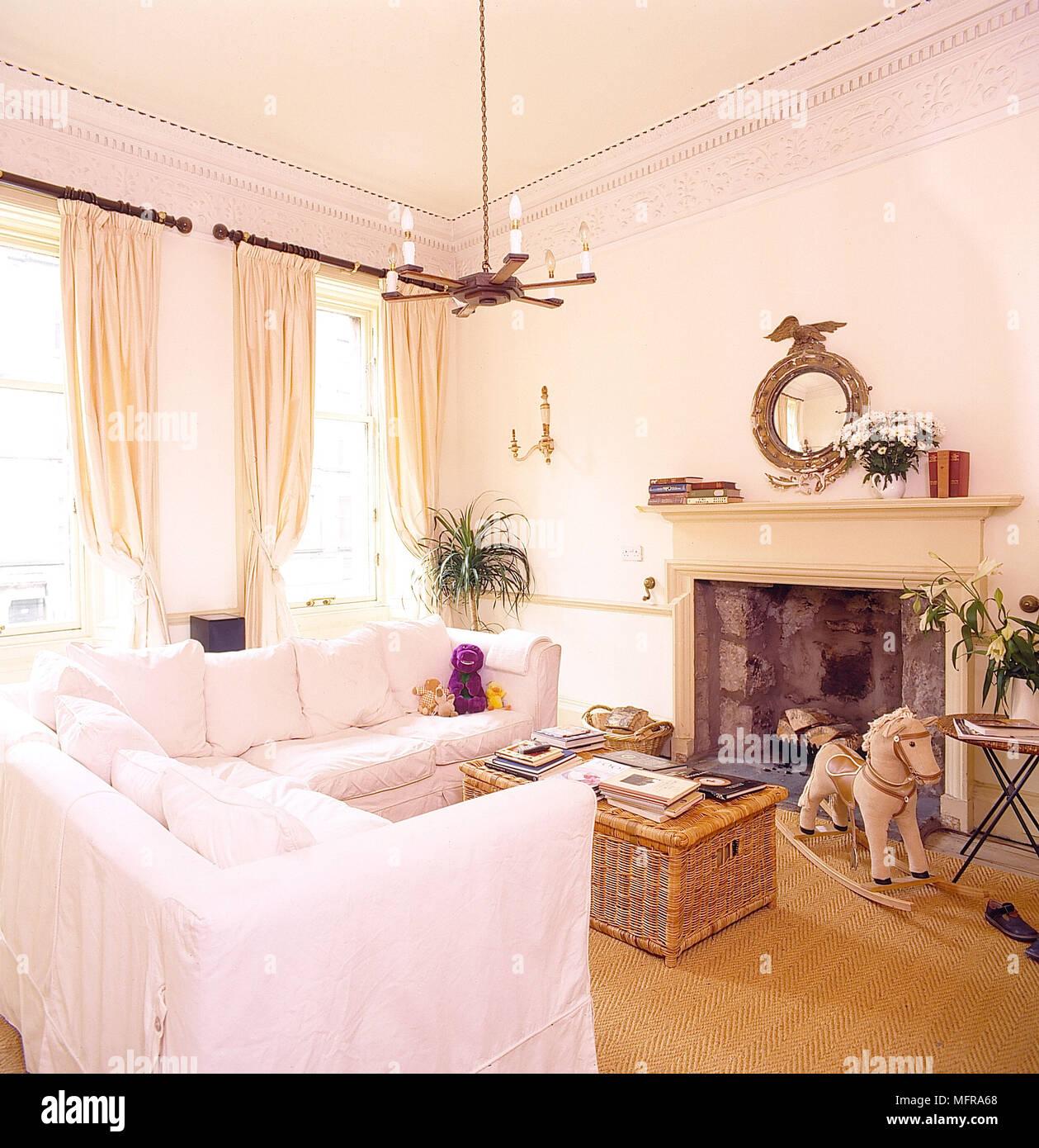 Wohnzimmer weiße Wände, cremefarbene Vorhänge weiß sofa ...