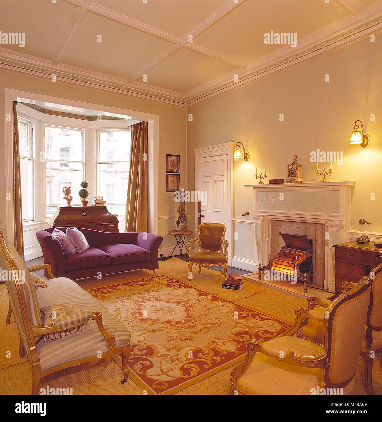 Wohnzimmer Gelben Wänden Goldenen Teppich Roter Teppich Lila Couch Sessel  Gardinen Erker Kamin Innenräume Zimmer Feuer Wände Leuchten Schreibtisch ...