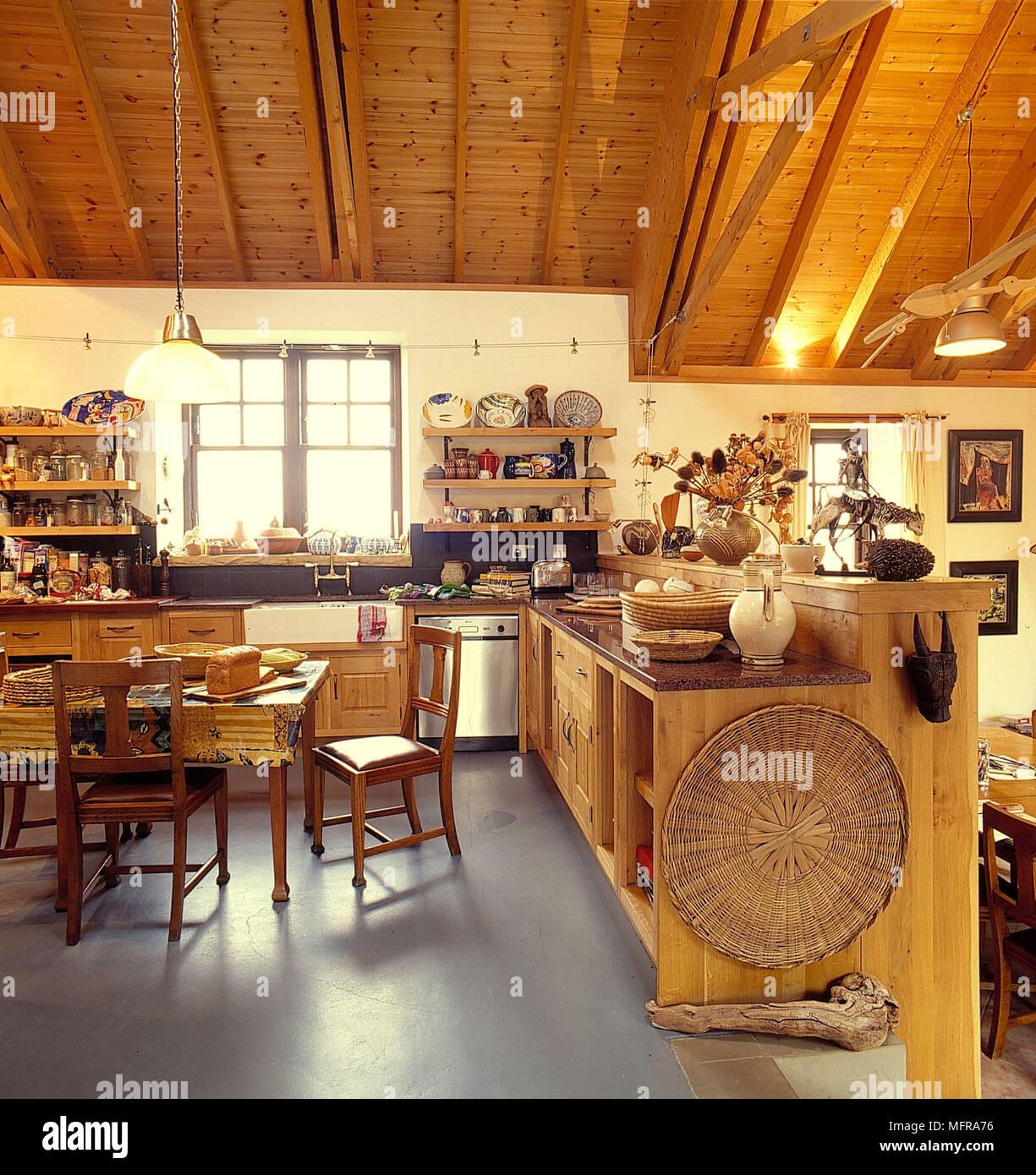 2 Ebenen Offene Land Küche In Scheune Neutrale Wand Schräge Decke Aus Holz  Einheiten Regale Tisch Stühle Weiß Belfast Waschbecken Küchenutensilien L