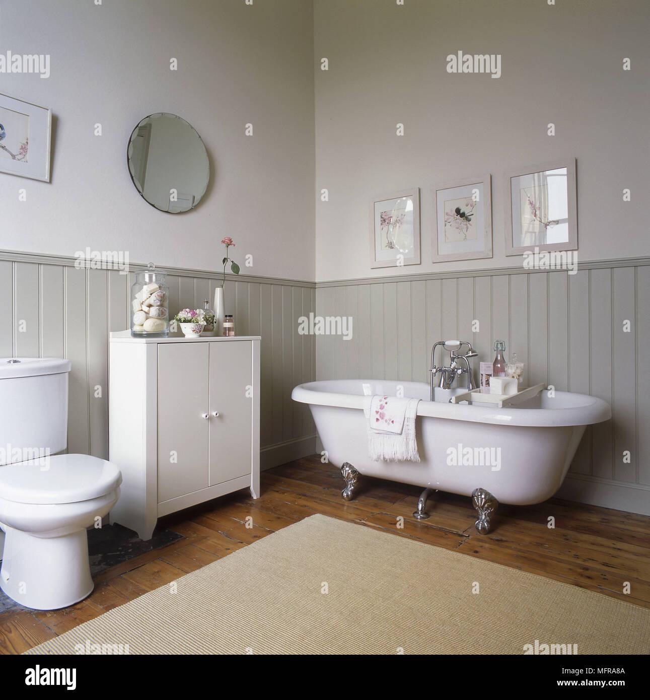 Wc und Schrank neben altmodischen Stil einer freistehenden Badewanne ...