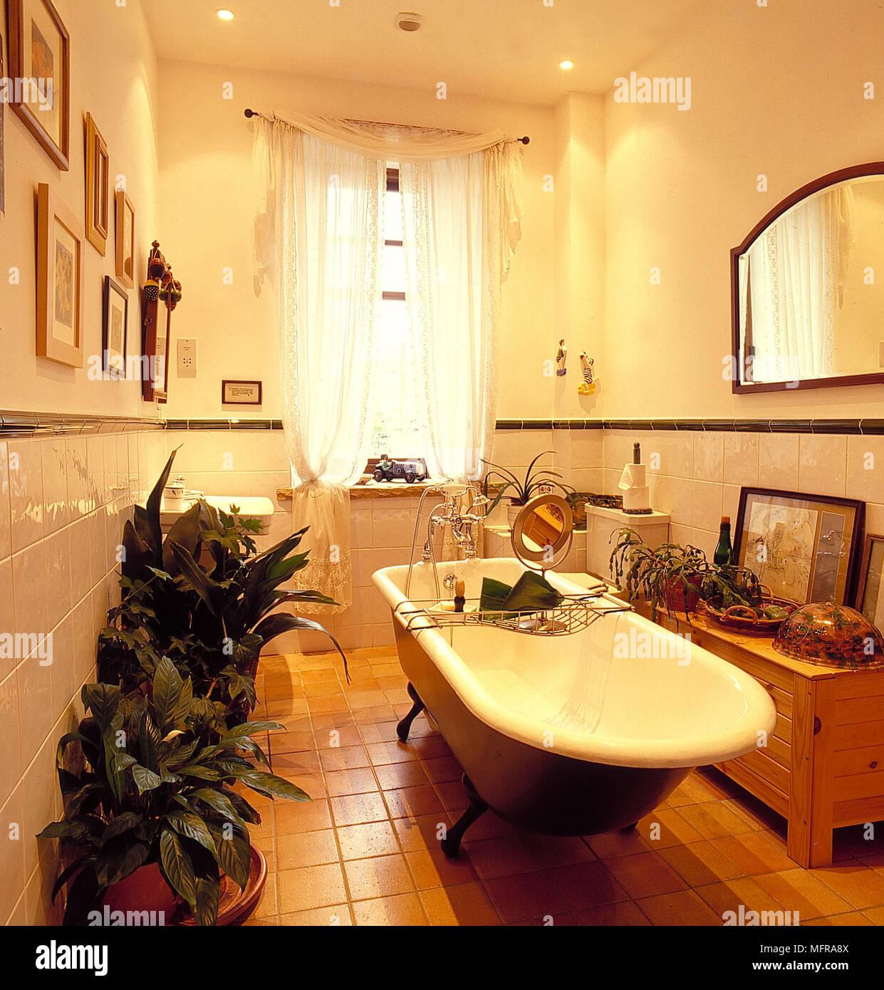 Traditionelle Badezimmer teil Fliesen- cremefarbene Wände weiß ...