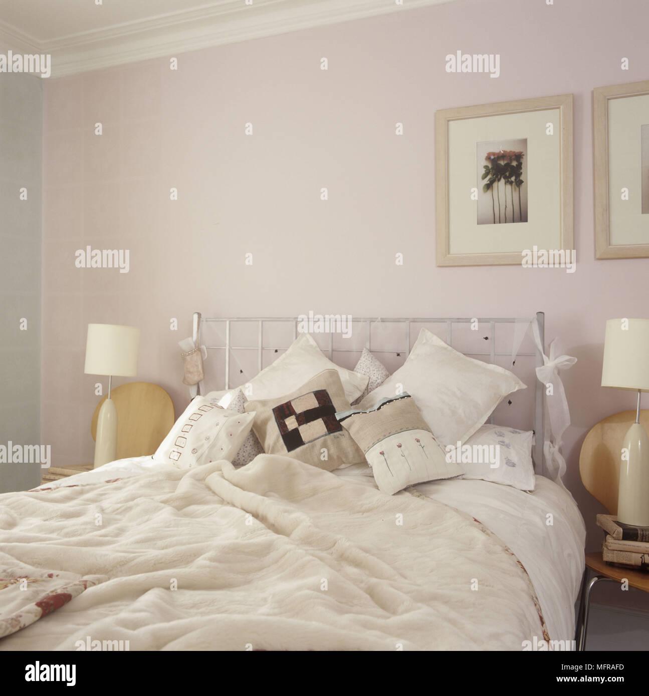Ein Detail einer pastellfarbenen Land Schlafzimmer mit Kissen Bilder ...