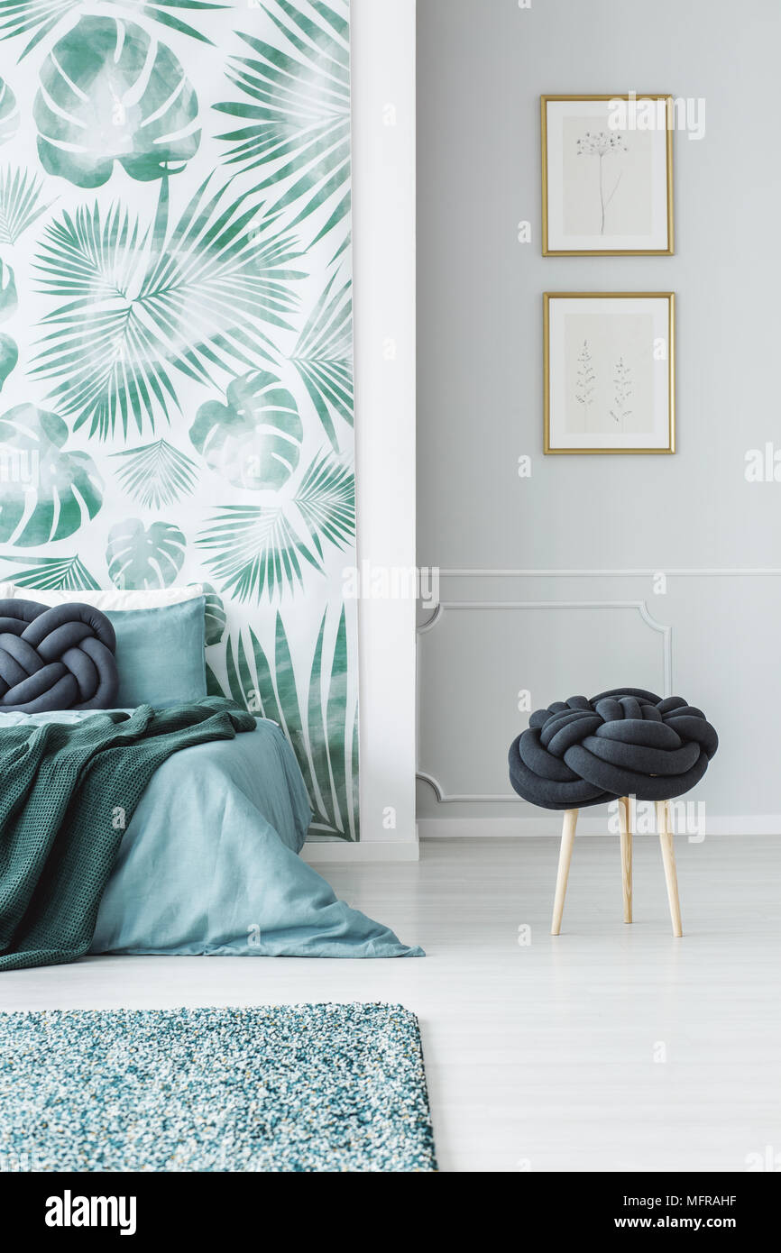 Hocker Neben Blau Bett Im Schlafzimmer Innenraum Mit Blättern Tapeten Und  Poster Auf Graue Wand