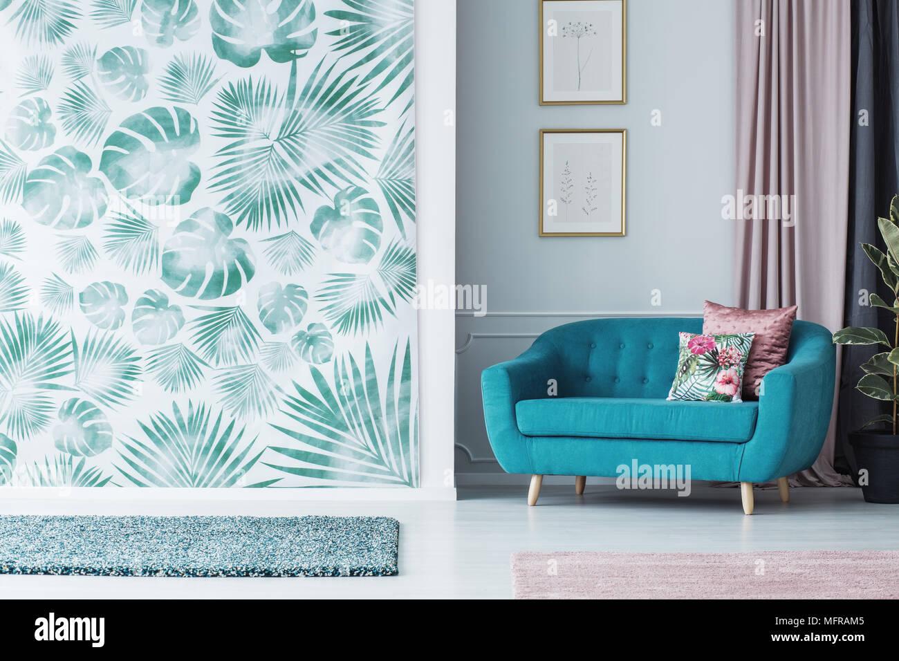 Türkis Sofa im grünen Wohnzimmer Einrichtung mit grünen Tapeten und ...