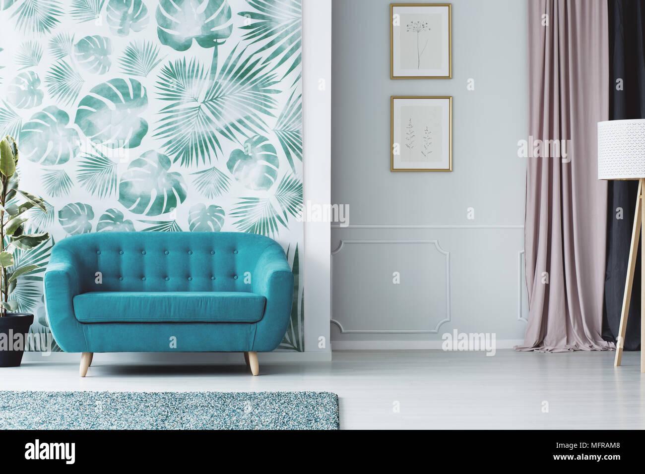 Türkis Sofa gegen grüne Tapete in farbenfrohen Wohnzimmer Interieur ...