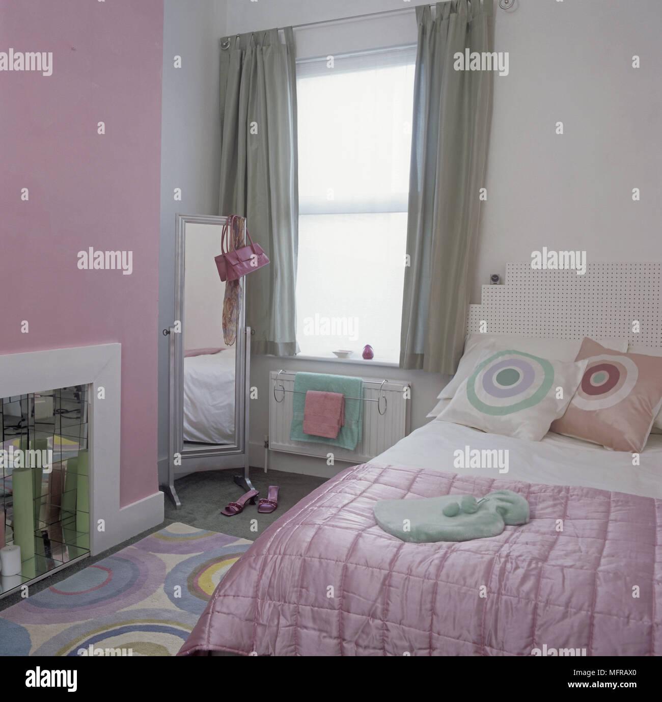 Grun Und Rosa Schlafzimmer Mit Gemustertem Teppich Und Polster Stockfotografie Alamy