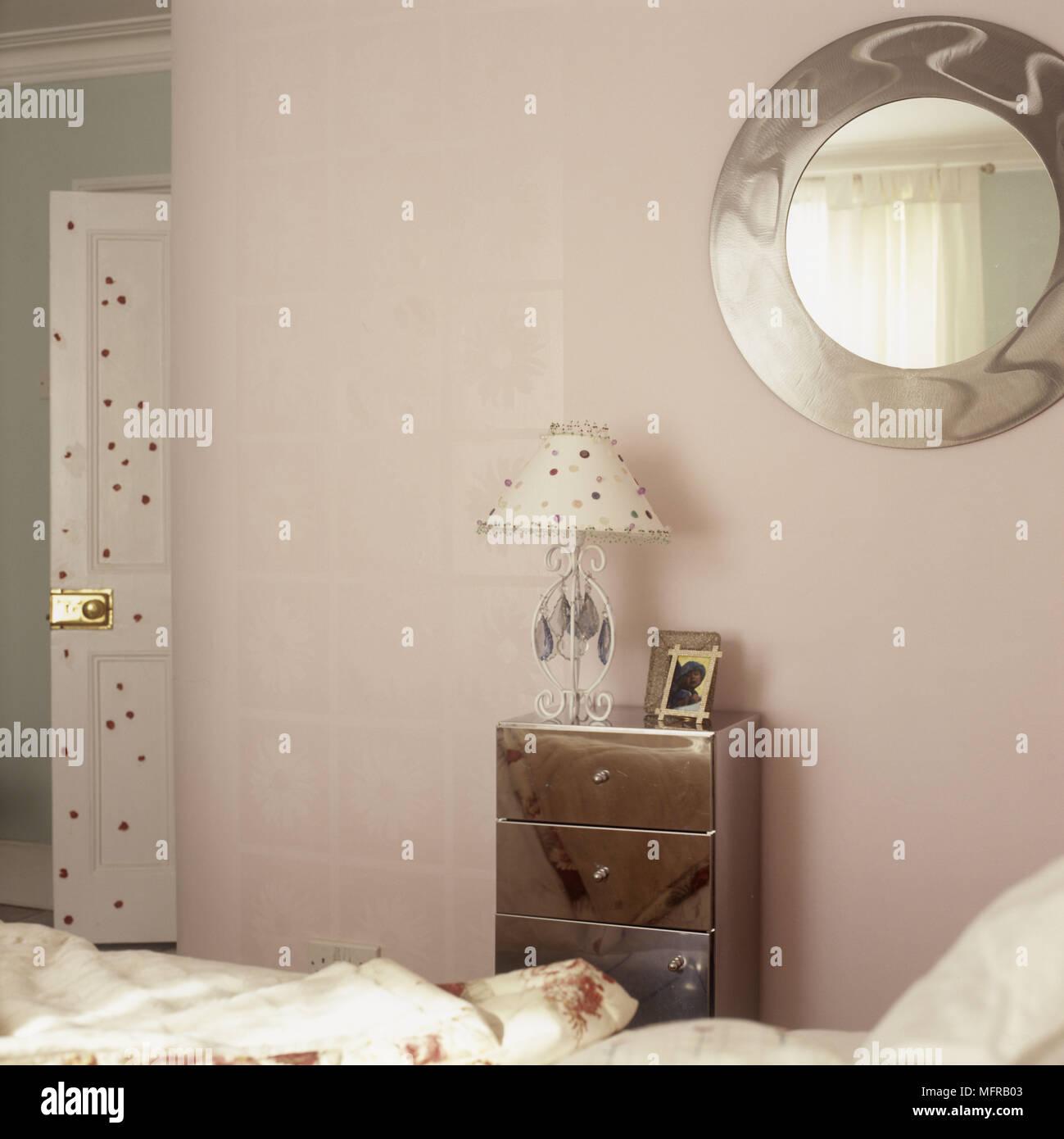 Pastellfarbenen Schlafzimmer Mit Einem Runden Spiegel Und Eine