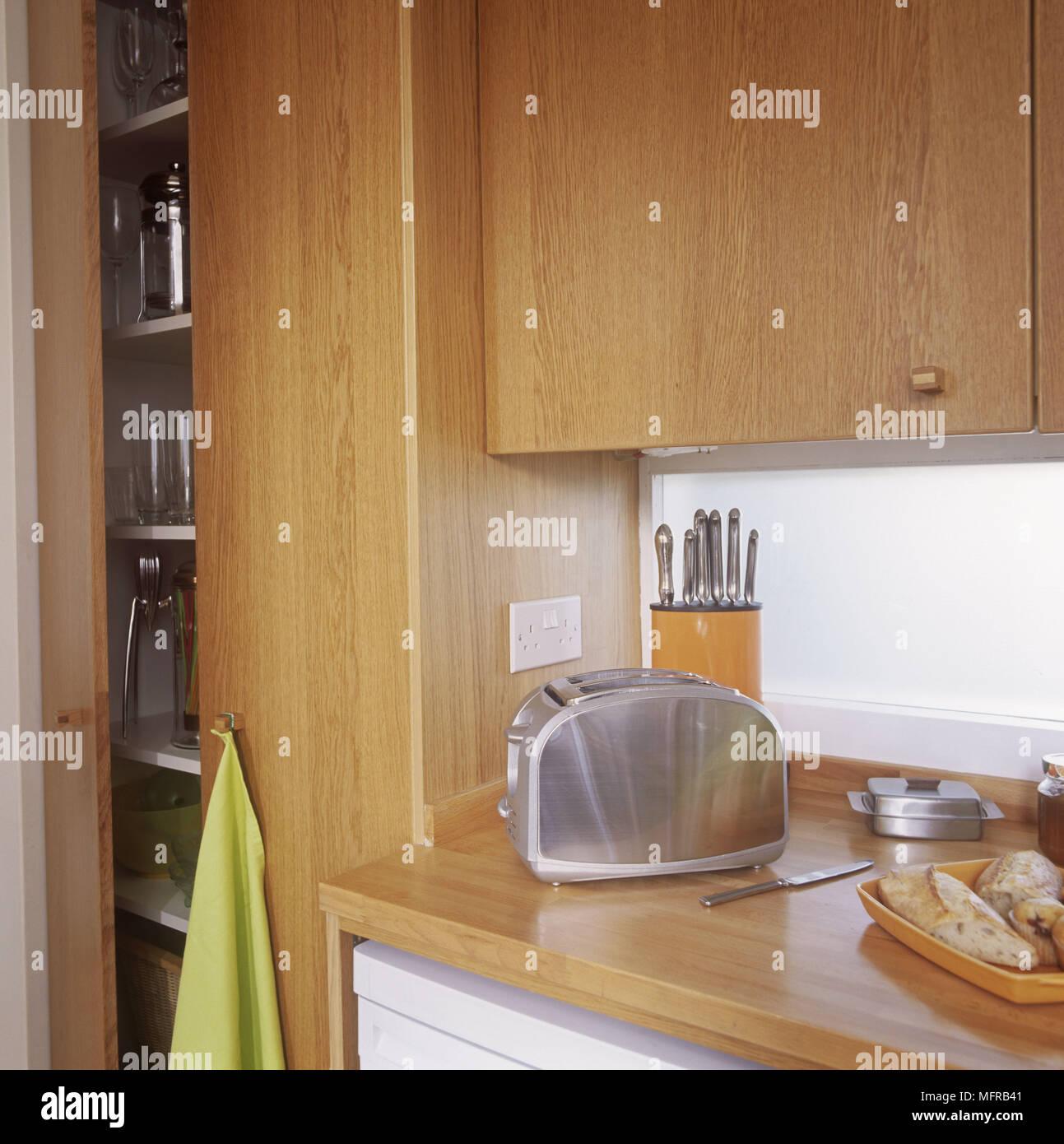 Holz  Arbeitsplatte Und Schränke Mit Edelstahlgeräten Stockbild