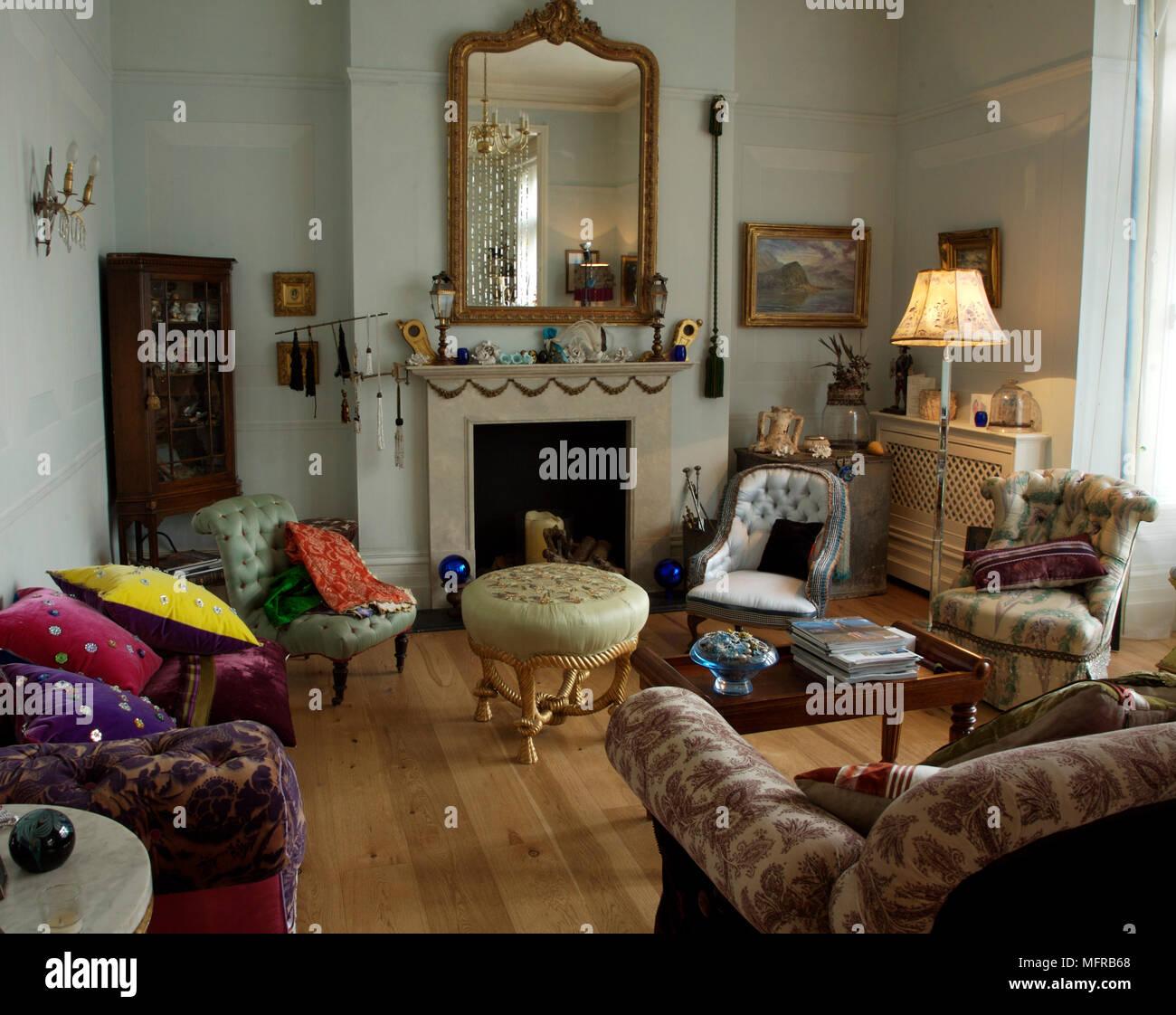 Wohnzimmer mit gemusterten Möbel und Spiegel über dem Kamin ...