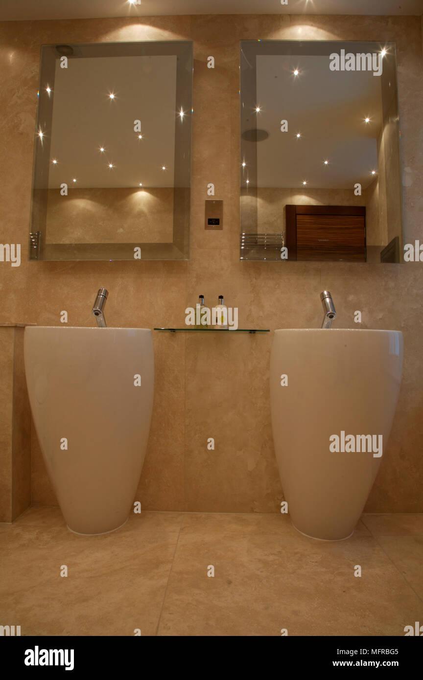 Runde Waschbecken unter Spiegel im Badezimmer Stockfoto, Bild ...