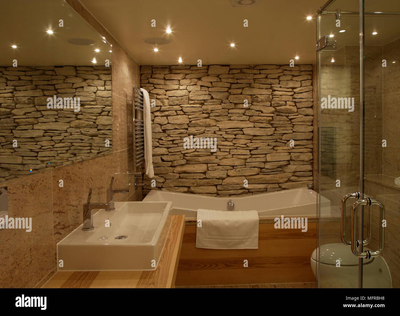 Bad mit Naturstein Wand- und bloßen Holz Einheiten Stockfotografie