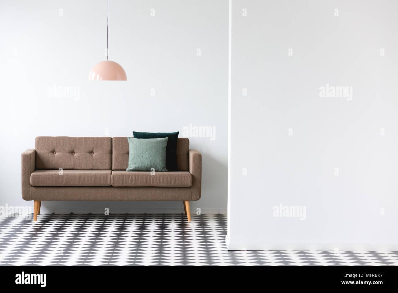 Braun Couch Unter Rosa Lampe In Minimalen Wohnzimmer Interieur Mit Kopie  Speicherplatz Auf Der Weißen Wand