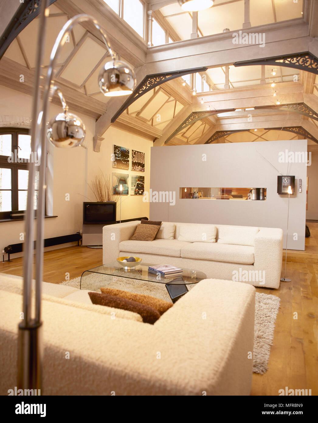 wohnzimmer mit sofas, couchtisch aus glas, trennwand geöffnet, und