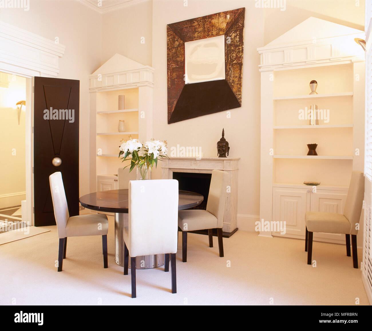 Esszimmer Mit Architektonischen Vitrinen Kamin Gepolsterten