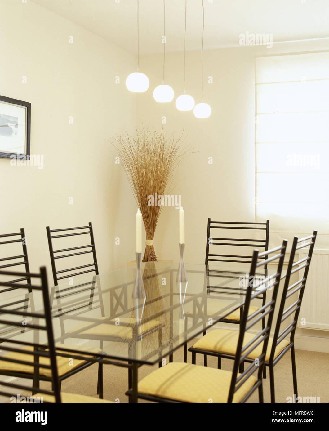 Moderne Esszimmer Mit Einem Esstisch Aus Glas Metall Stuhle Und