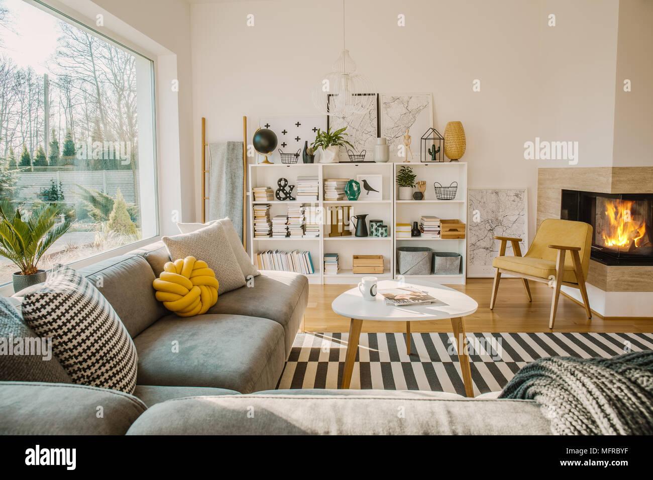 Weiß Holz- Regal mit Büchern, Dekorationen, Frische Pflanzen und ...