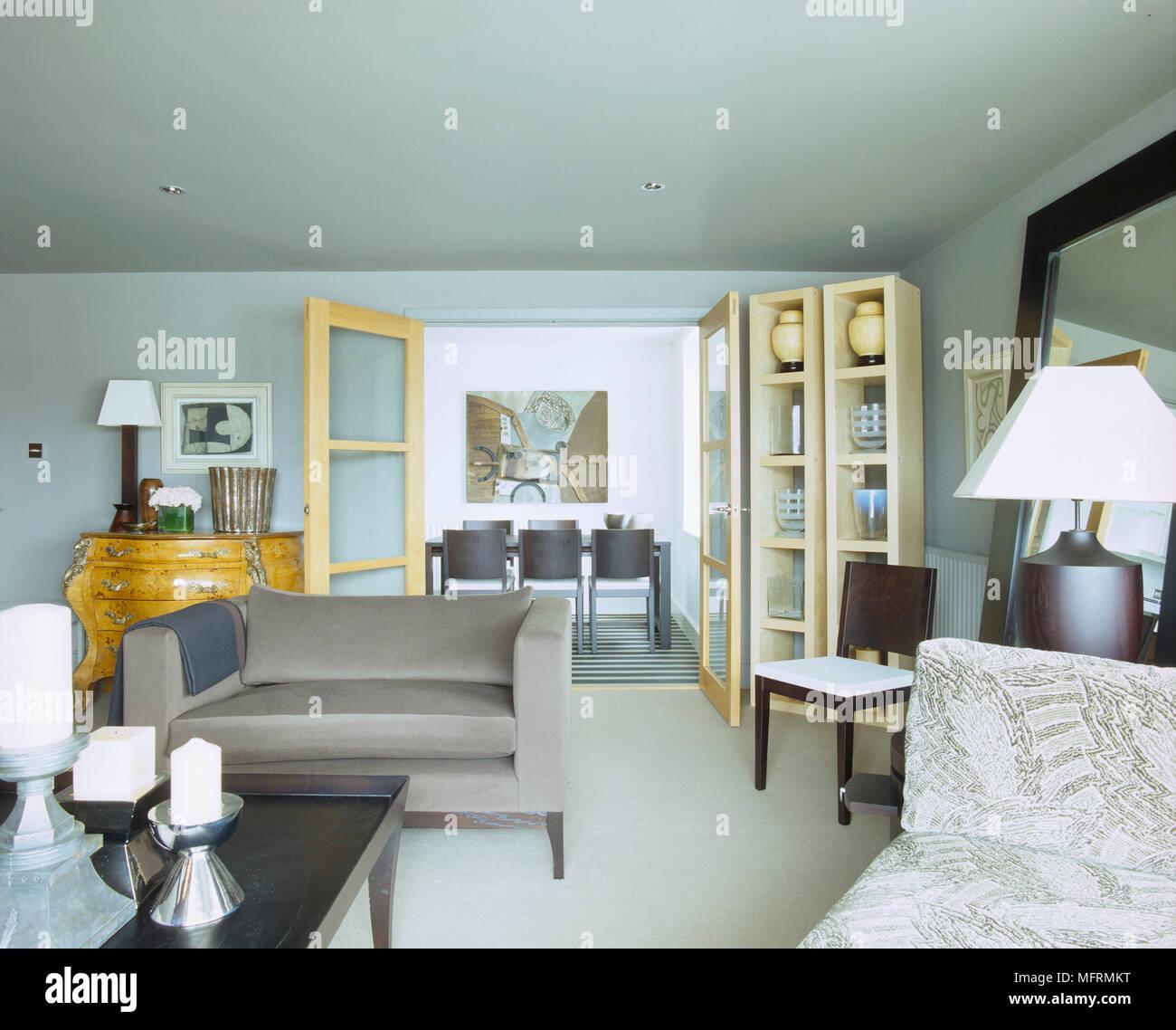 Ein modernes Wohnzimmer mit gepolsterten Sofa schwarz Holz ...