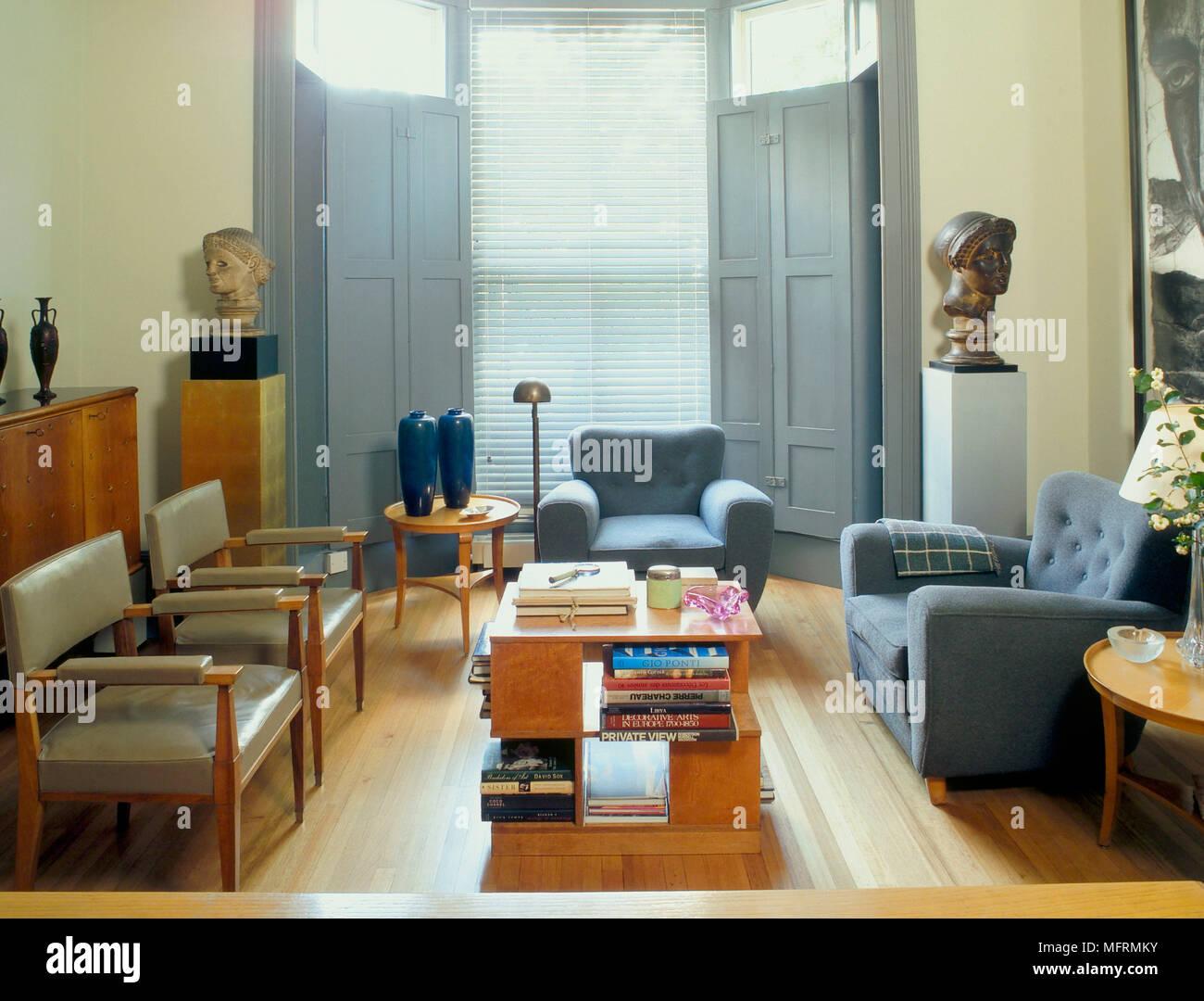 Ein Modernes Wohnzimmer Mit Bemalten Fensterläden Gepolsterte Sessel
