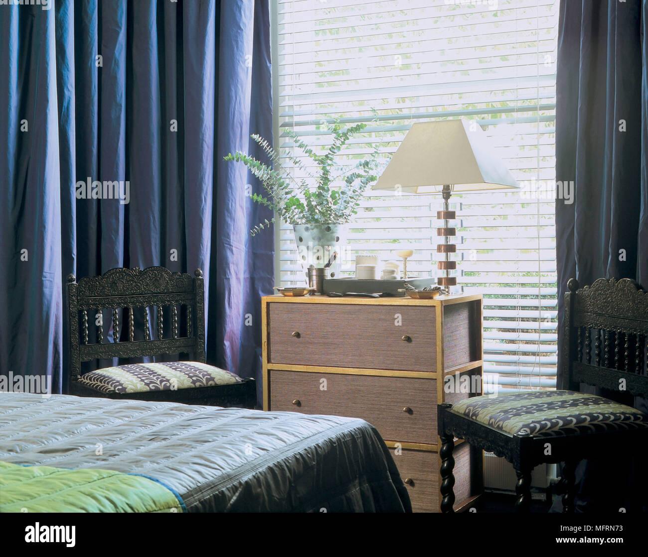 Ein Detail einer modernen Schlafzimmer mit blauer Seide ...