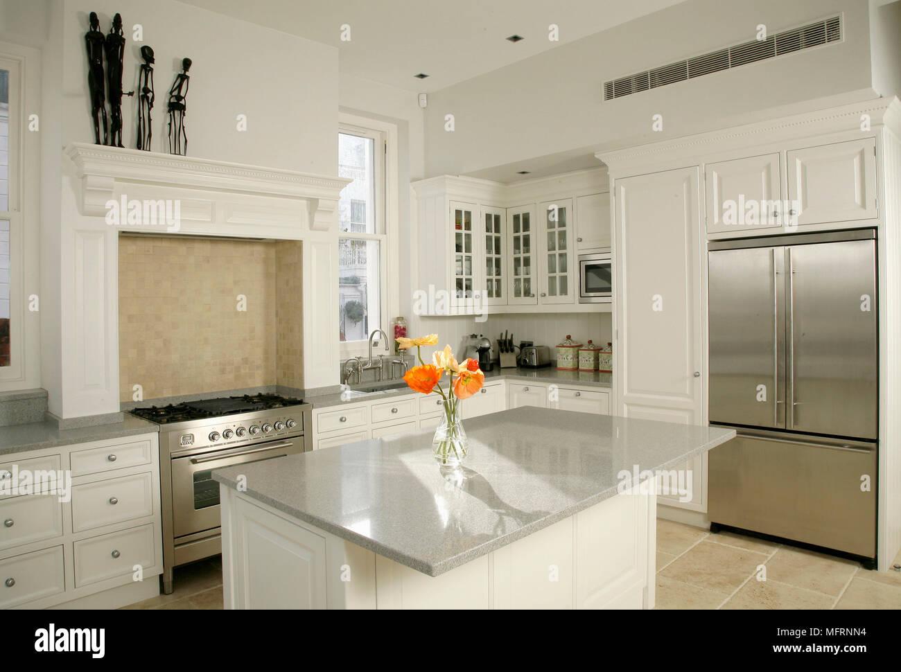 Moderne Küche mit Kochinsel und weiße Einheiten Stockfoto, Bild ...