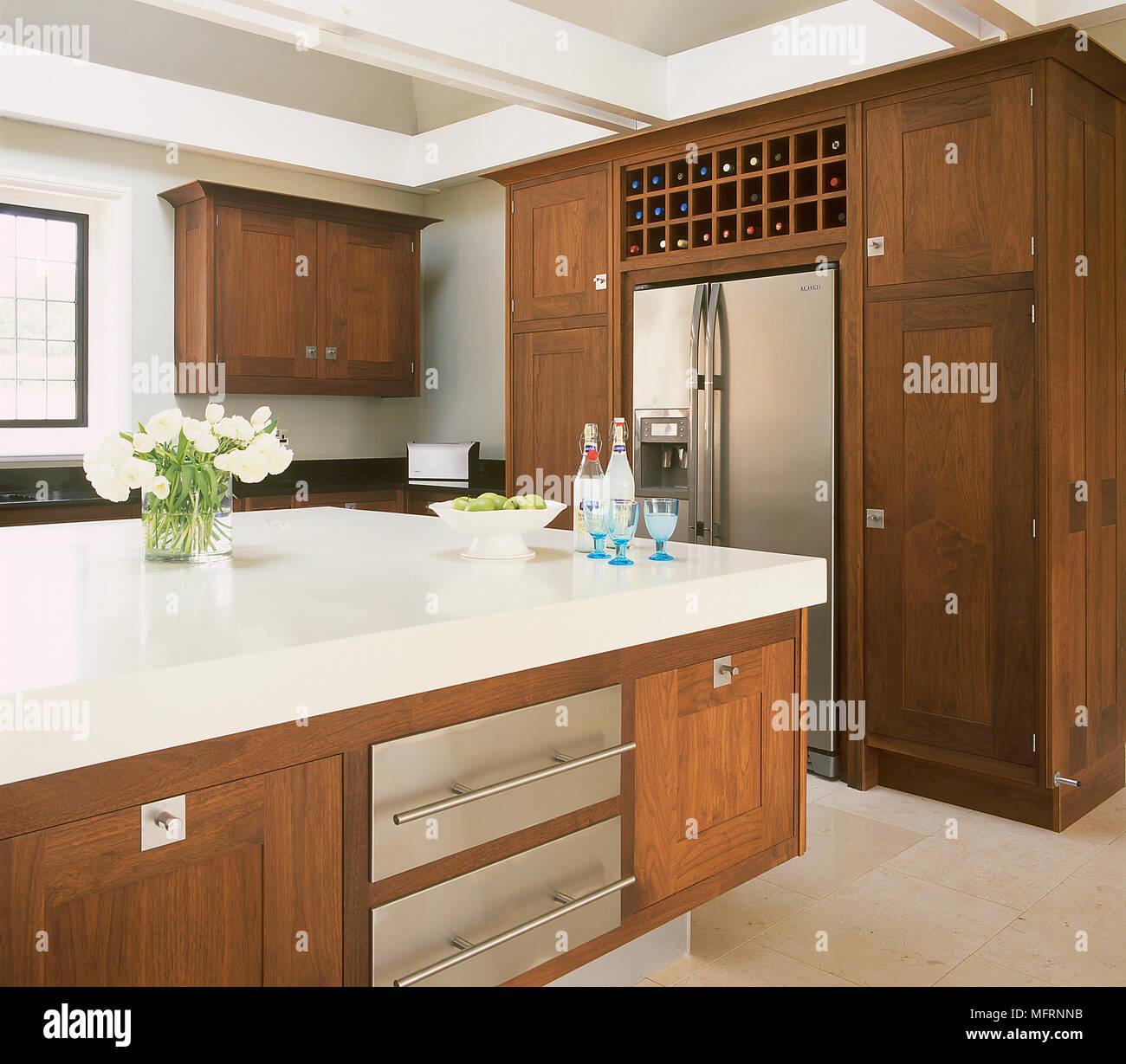 Moderne Kuche Mit Kochinsel Und Holz Einheiten Stockfoto