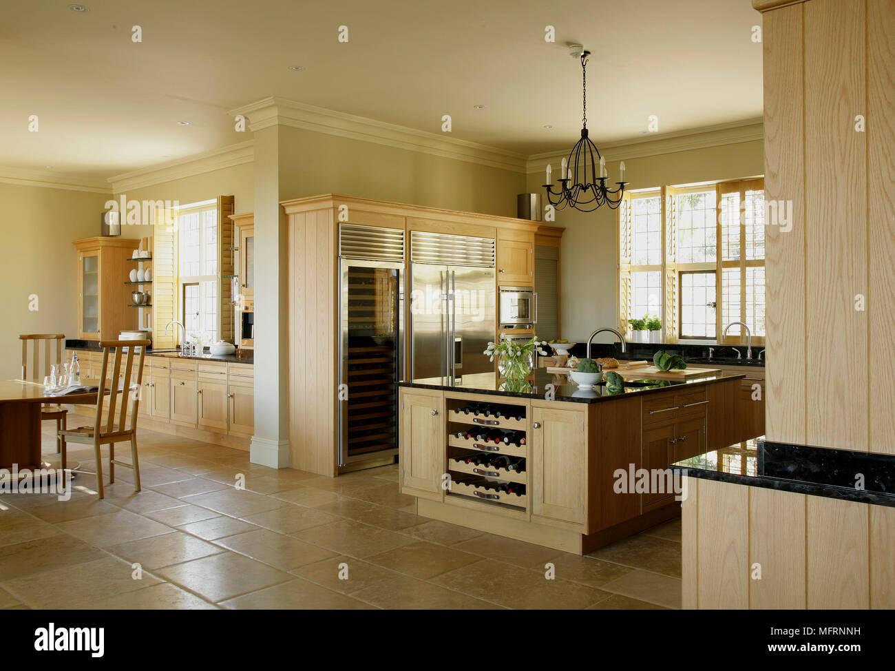 Moderne Küche im Landhausstil mit zentraler Kochinsel und ...