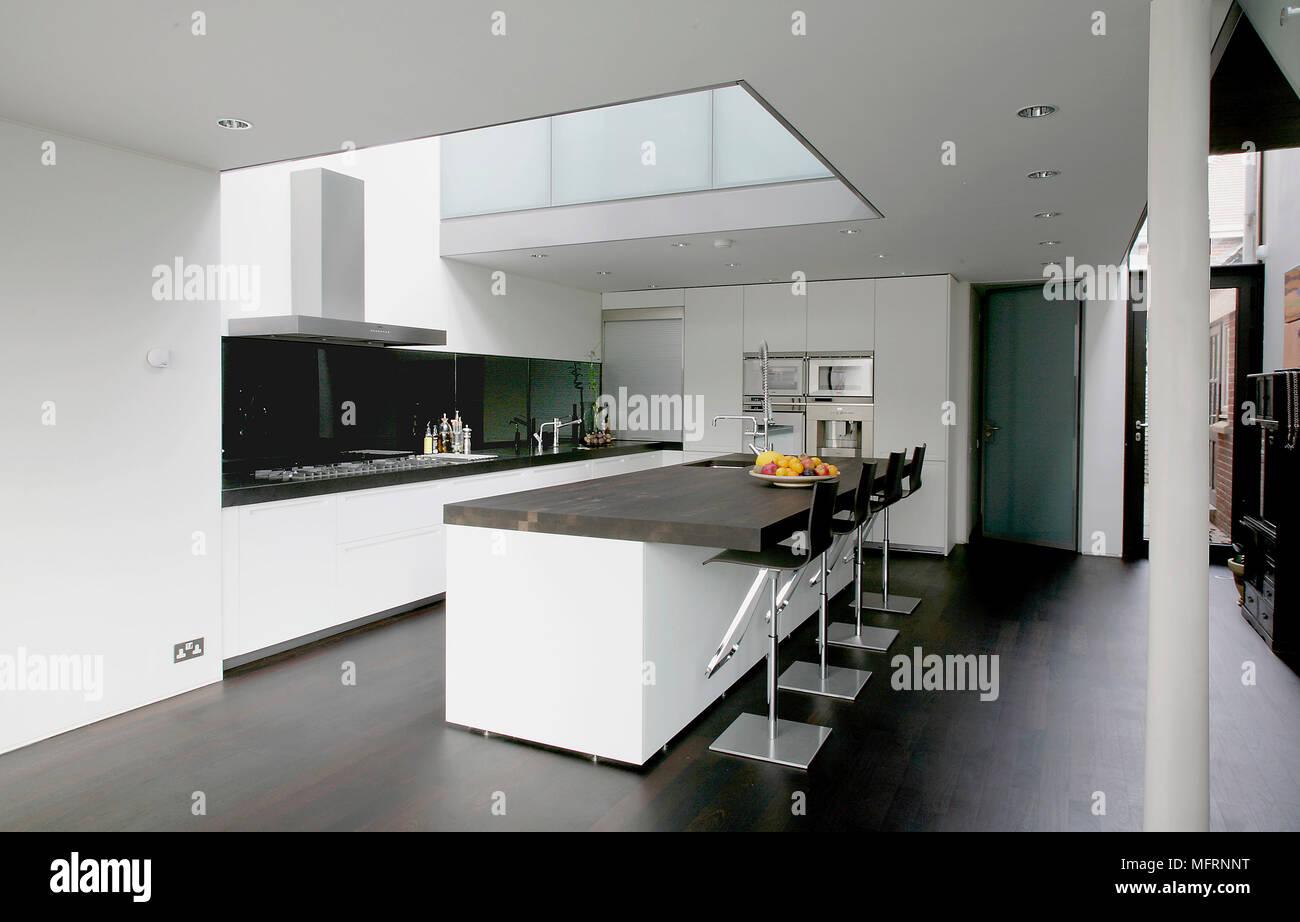 Barhocker auf zentraler Kochinsel in moderne, geräumige offene Küche ...