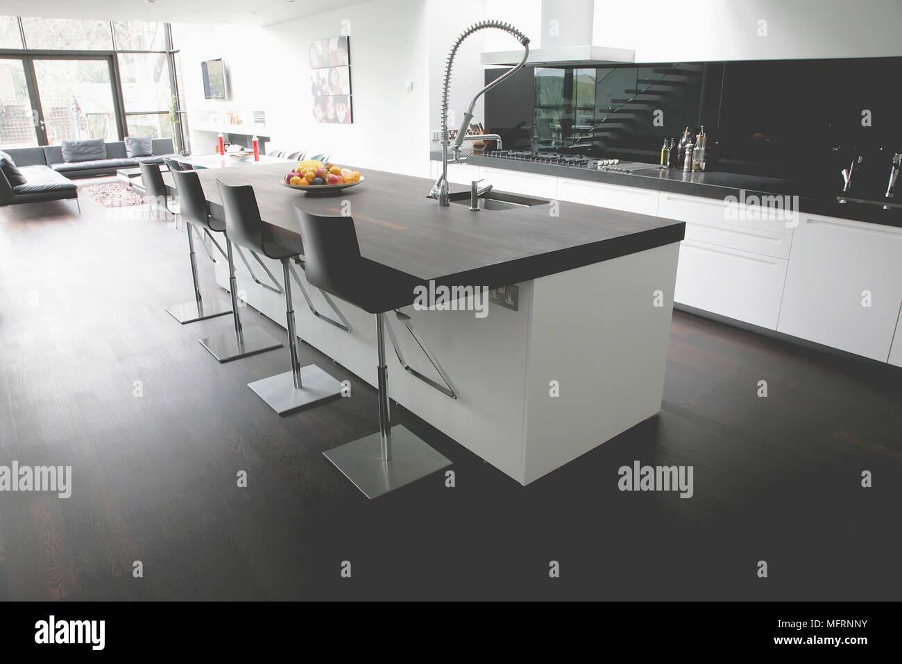 Barhocker Auf Zentraler Kochinsel In Moderne Geraumige Offene Kuche Stockfotografie Alamy