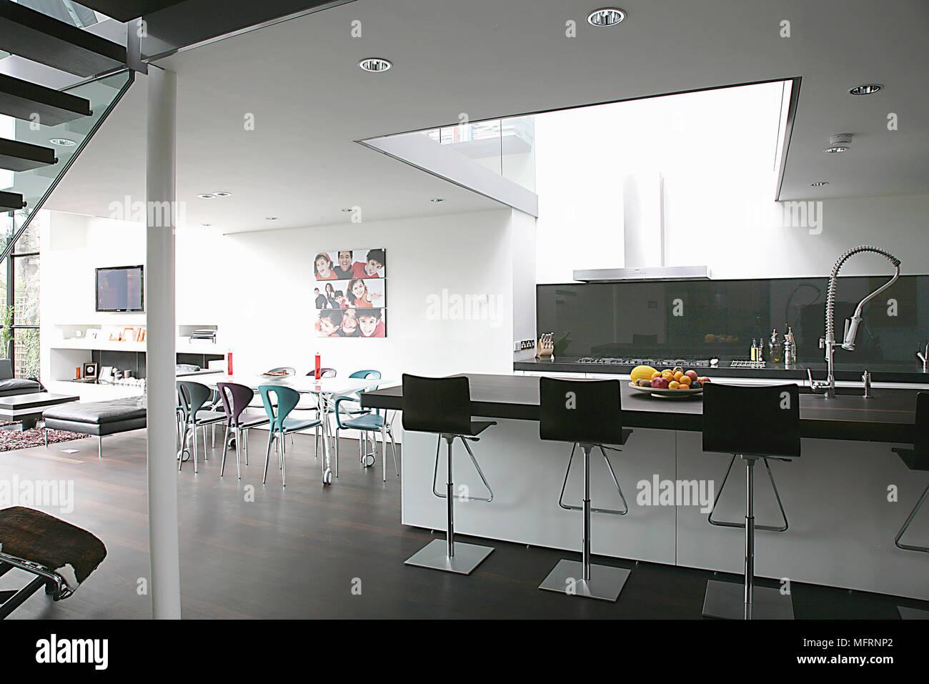 Barhocker Auf Zentraler Kochinsel In Moderne, Geräumige Offene Küche