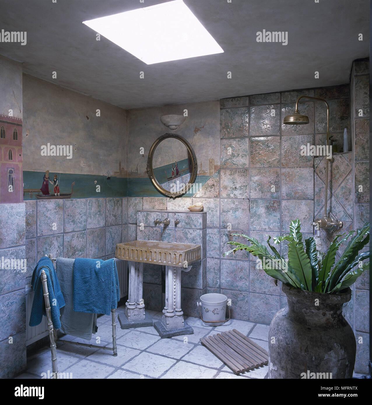 Rustikales Badezimmer, Nasszelle mit Waschbecken aus Stein auf