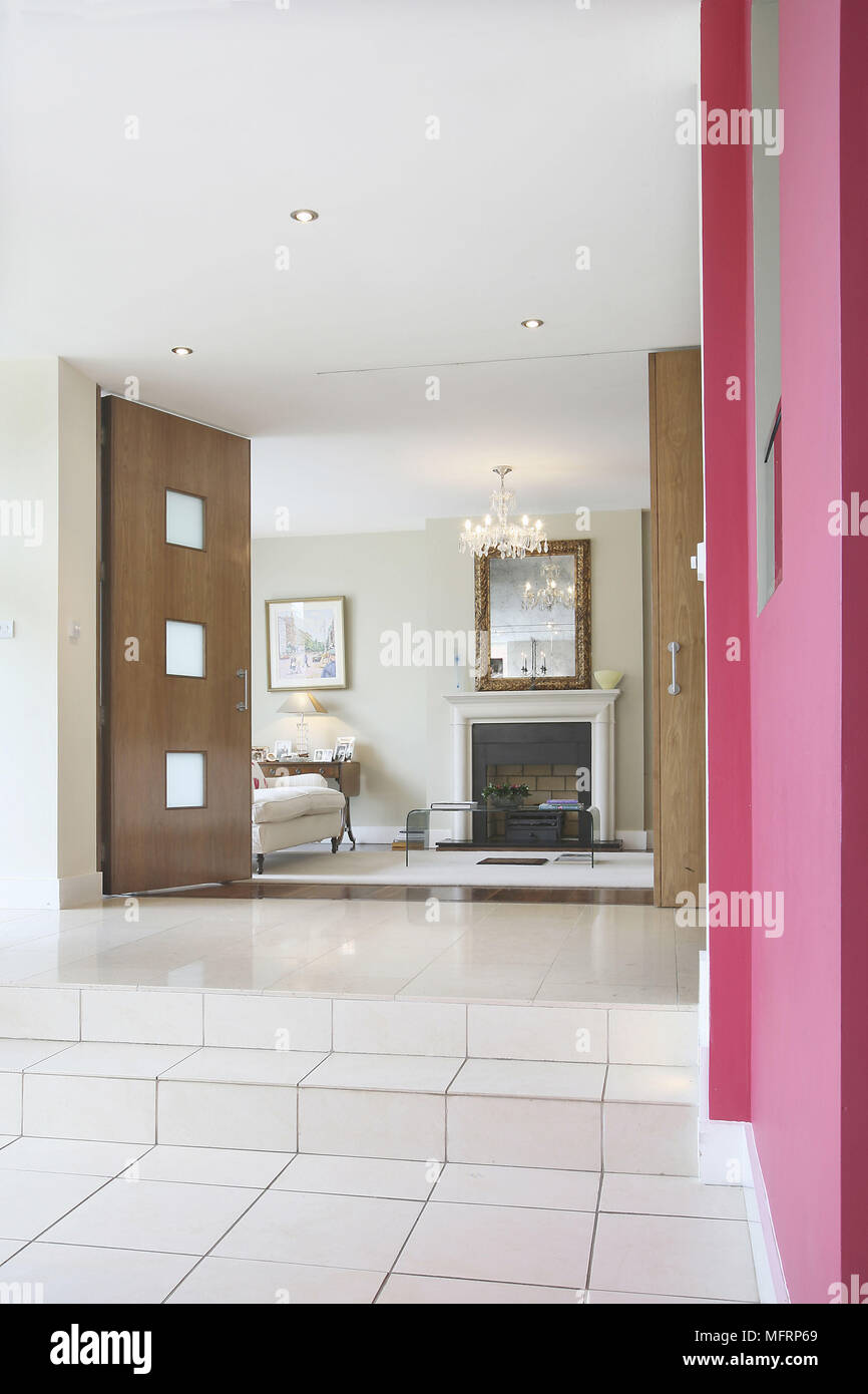 Blick vom Flur mit rosa Wand zu Wohnzimmer Stockfoto, Bild ...
