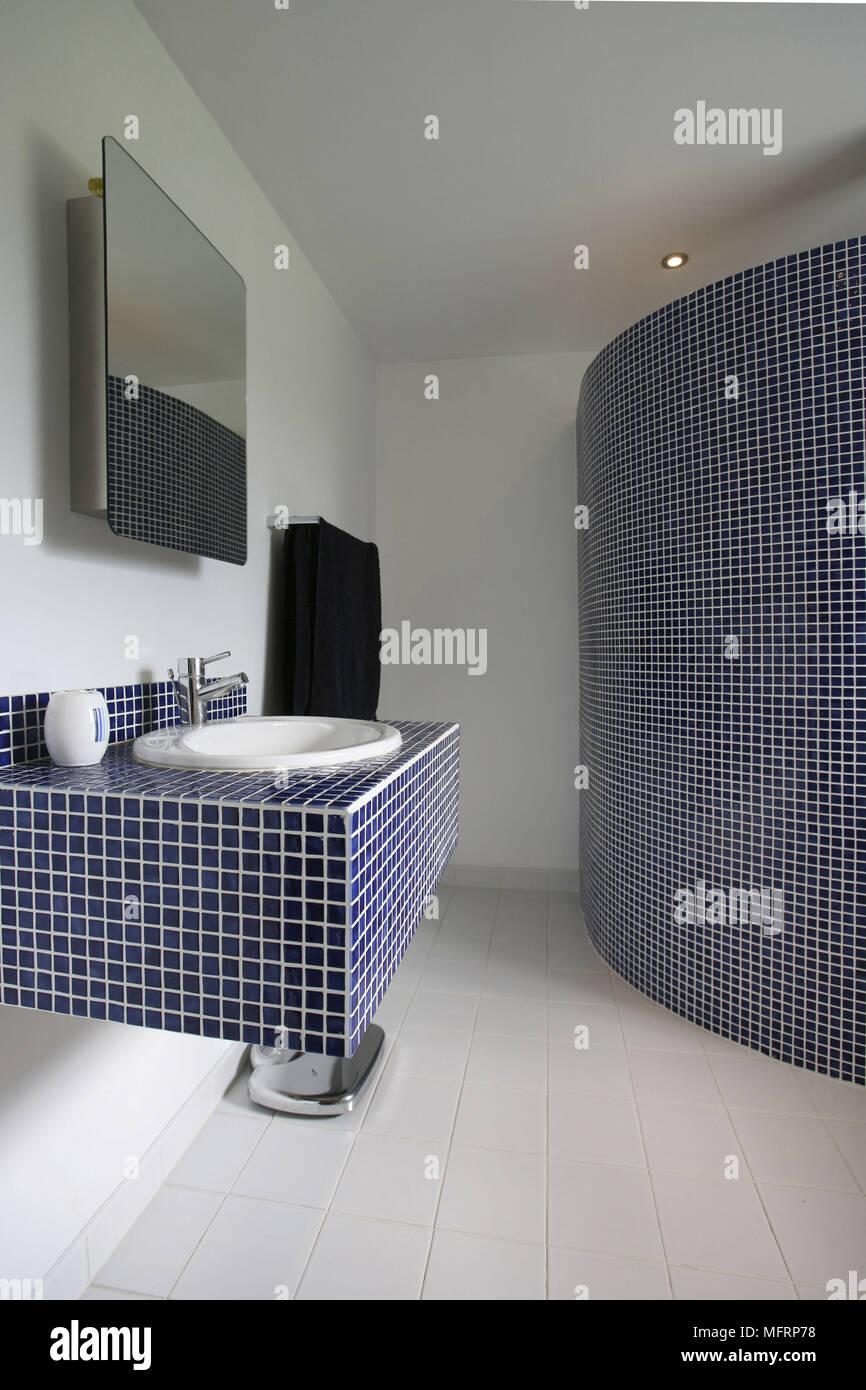 Waschbecken, Fliesen- Einheit im modernen Badezimmer Set ...