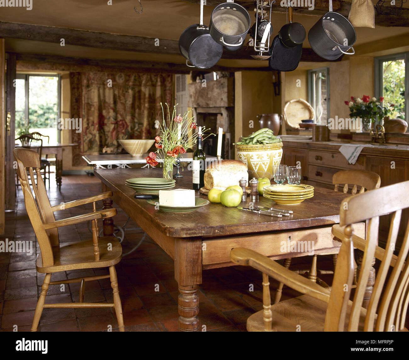 Kuche Im Landhausstil Mit Pinien Esstisch Und Stuhle Stockfoto Bild