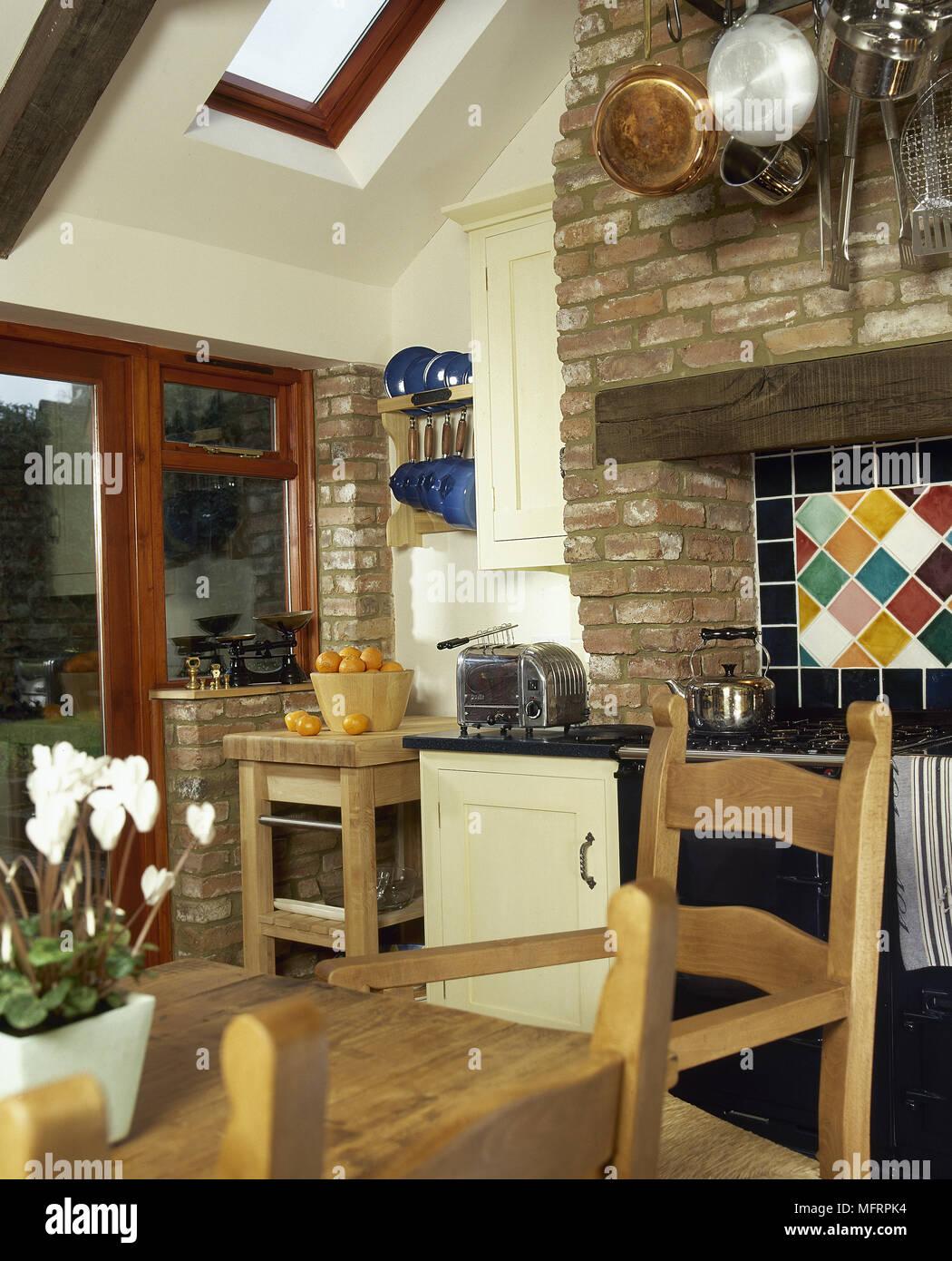 Küche Im Landhausstil Mit Pinien Esstisch Und Stühlen Und Backofen Im  Mauerwerk Aussparung,