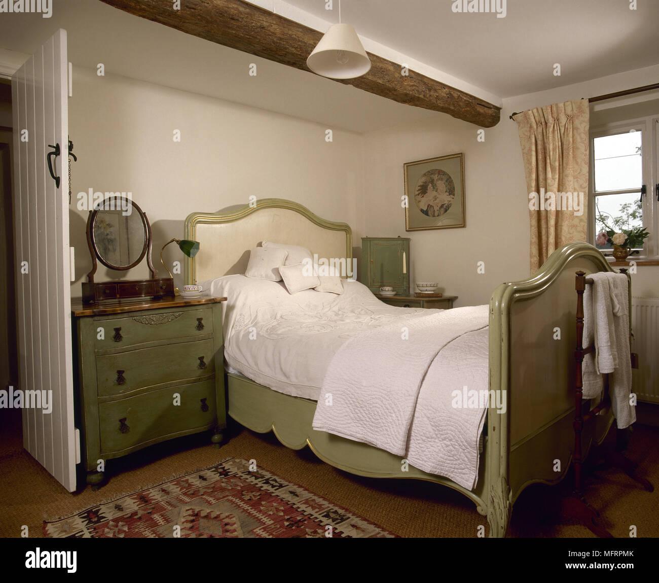 Land Schlafzimmer mit Holzbalkendecke, lackiert französisches Bett ...